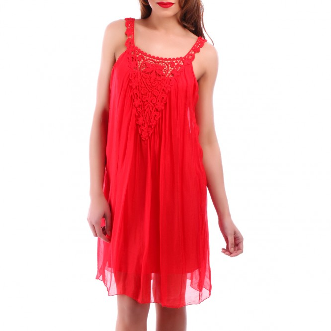 Robe ample rouge avec voile
