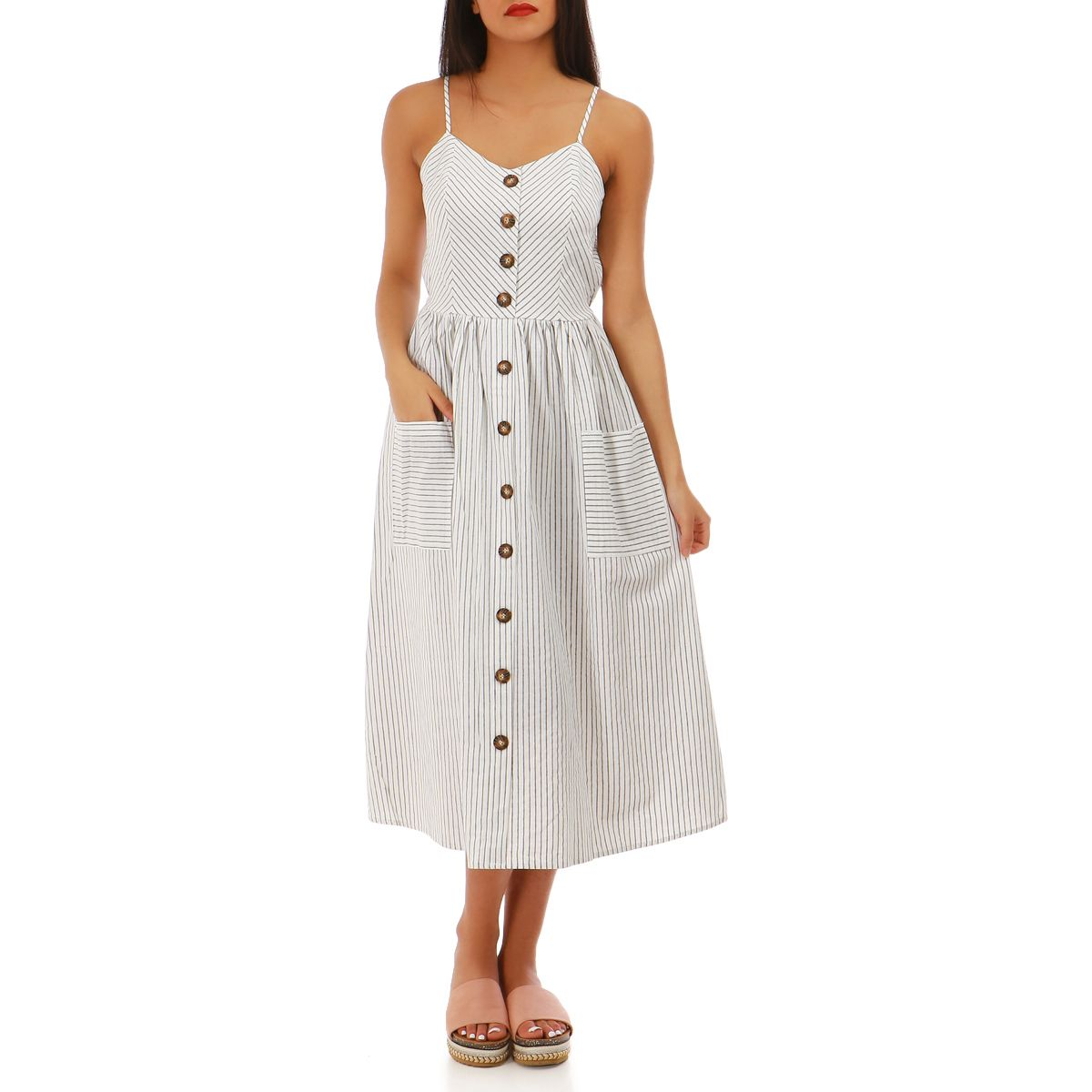 Robe blanche à rayures et boutons